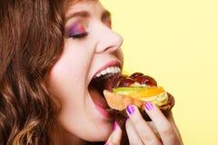 Γυναίκα κινηματογραφήσεων σε πρώτο πλάνο που τρώει τα γλυκά τρόφιμα κέικ φρούτων Στοκ φωτογραφίες με δικαίωμα ελεύθερης χρήσης