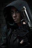 Γυναίκα κινδύνου με το πυροβόλο όπλο Στοκ φωτογραφία με δικαίωμα ελεύθερης χρήσης