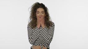 Γυναίκα κλονισμού σχετικά με το πρόσωπο στο στούντιο έκπληκτη πορτρέτο γυναίκα κορίτσι που συγκλονίζεται απόθεμα βίντεο