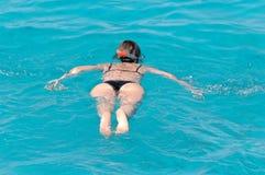 γυναίκα κολύμβησης με αναπνευστήρα Στοκ Εικόνες