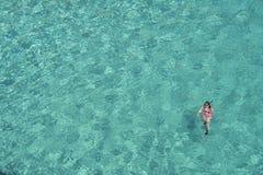 γυναίκα κολύμβησης με αναπνευστήρα Στοκ εικόνα με δικαίωμα ελεύθερης χρήσης