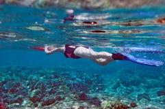 γυναίκα κολύμβησης με αν& Στοκ Εικόνες