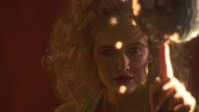 γυναίκα κομμάτων της δεκαετίας του '80 με μια μικρή σφαίρα disco σε σε αργή κίνηση απόθεμα βίντεο