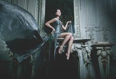 Γυναίκα κομψότητας με το πετώντας φόρεμα στο δωμάτιο παλατιών Στοκ φωτογραφία με δικαίωμα ελεύθερης χρήσης