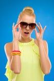 Γυναίκα κομψότητας στα γυαλιά ηλίου στο μπλε υπόβαθρο. Στοκ φωτογραφίες με δικαίωμα ελεύθερης χρήσης