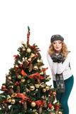 Γυναίκα κοντά σε ένα χριστουγεννιάτικο δέντρο Απομονωμένος πέρα από το λευκό Στοκ φωτογραφία με δικαίωμα ελεύθερης χρήσης