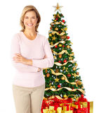 Γυναίκα κοντά σε ένα χριστουγεννιάτικο δέντρο Στοκ Εικόνες