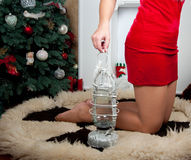 Γυναίκα κοντά στην εστία το σώμα συνδέει κάθε ένα που αγκαλιάζει άλλα μέρη σχετικά με Εσωτερικό Χριστουγέννων Στοκ Φωτογραφίες