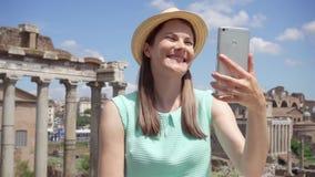 Γυναίκα κοντά στη ρωμαϊκή χρησιμοποίηση φόρουμ κινητή σε σε αργή κίνηση Θηλυκός τουρίστας που έχει την τηλεοπτική συνομιλία μέσω  απόθεμα βίντεο