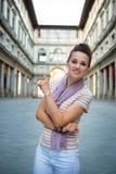 Γυναίκα κοντά στη στοά uffizi που δείχνει στη Φλωρεντία στοκ εικόνα
