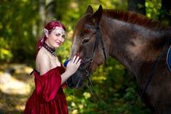 Γυναίκα κοντά στο άλογο Στοκ εικόνες με δικαίωμα ελεύθερης χρήσης