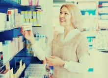 Γυναίκα κοντά στο μετρητή στο φαρμακείο στοκ φωτογραφία με δικαίωμα ελεύθερης χρήσης