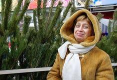 Γυναίκα κοντά στο νέο δέντρο έτους στοκ φωτογραφία με δικαίωμα ελεύθερης χρήσης