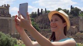 Γυναίκα κοντά στο φόρουμ Romanum που κάνει selfie στο κινητό τηλέφωνο Τουρίστας που παίρνει τη φωτογραφία ενάντια στο ρωμαϊκό φόρ απόθεμα βίντεο