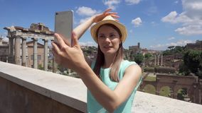 Γυναίκα κοντά στο φόρουμ Romanum που κάνει selfie στο κινητό τηλέφωνο Τουρίστας που παίρνει τη φωτογραφία ενάντια στο ρωμαϊκό φόρ φιλμ μικρού μήκους