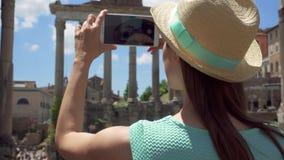 Γυναίκα κοντά στο φόρουμ Romanum που παίρνει τη φωτογραφία στο κινητό τηλέφωνο Θηλυκός τουρίστας που παίρνει την εικόνα του ρωμαϊ απόθεμα βίντεο