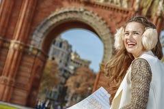 Γυναίκα κοντά Arc de Triomf με το χάρτη που εξετάζει την απόσταση Στοκ Εικόνες