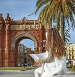 Γυναίκα κοντά Arc de Triomf στη Βαρκελώνη, Ισπανία που εξετάζει το χάρτη Στοκ φωτογραφία με δικαίωμα ελεύθερης χρήσης