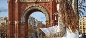 Γυναίκα κοντά Arc de Triomf στη Βαρκελώνη, Ισπανία που εξετάζει το χάρτη Στοκ φωτογραφίες με δικαίωμα ελεύθερης χρήσης