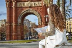 Γυναίκα κοντά Arc de Triomf στη Βαρκελώνη, Ισπανία που εξετάζει το χάρτη Στοκ Φωτογραφία