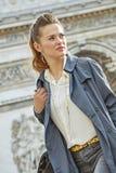 Γυναίκα κοντά Arc de Triomphe στο Παρίσι, Γαλλία που κοιτάζει κατά μέρος Στοκ Εικόνα