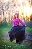 Γυναίκα κοριτσιών κοκκινομάλλης στον κήπο Στοκ Φωτογραφία