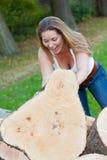 Γυναίκα κορμών δέντρων Στοκ εικόνα με δικαίωμα ελεύθερης χρήσης