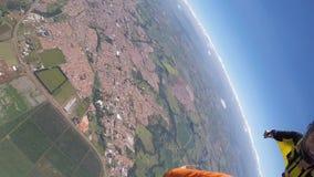Γυναίκα κοστουμιών φτερών ελεύθερων πτώσεων με αλεξίπτωτο ακροβατική απόθεμα βίντεο