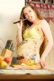 γυναίκα κουζινών σπιτιών νωπών καρπών Στοκ Φωτογραφία