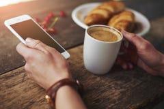 γυναίκα κουπών καφέ Στοκ φωτογραφία με δικαίωμα ελεύθερης χρήσης