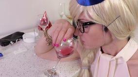 γυναίκα κρασιού γυαλι&omicro Σύλληψη απόλυσης απόθεμα βίντεο