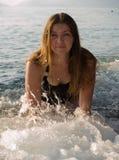 γυναίκα κυμάτων θάλασσα&sigm στοκ φωτογραφία με δικαίωμα ελεύθερης χρήσης