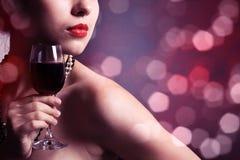 γυναίκα κόκκινου κρασιού γυαλιού Στοκ Εικόνες