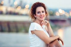 γυναίκα κόκκινων ανοίξεων πορτρέτου τριχώματος κοριτσιών μόδας έννοιας Στοκ Φωτογραφία
