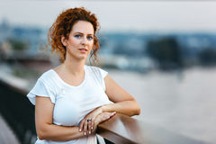 γυναίκα κόκκινων ανοίξεων πορτρέτου τριχώματος κοριτσιών μόδας έννοιας Στοκ εικόνα με δικαίωμα ελεύθερης χρήσης