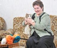 γυναίκα λαβής χεριών γατών Στοκ φωτογραφία με δικαίωμα ελεύθερης χρήσης