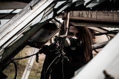 Γυναίκα μέσα στη σκουριασμένη δομή στοκ φωτογραφία με δικαίωμα ελεύθερης χρήσης
