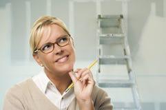 Γυναίκα μέσα στο δωμάτιο με το νέο ξηρό τοίχο Sheetrock Στοκ φωτογραφίες με δικαίωμα ελεύθερης χρήσης
