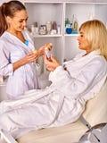 Γυναίκα μέσης ηλικίας στο σαλόνι SPA με το beautician Στοκ εικόνα με δικαίωμα ελεύθερης χρήσης