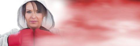Γυναίκα μαχητών μπόξερ με την κόκκινη μετάβαση Στοκ φωτογραφία με δικαίωμα ελεύθερης χρήσης