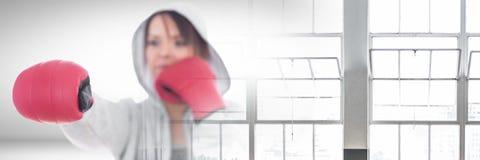 Γυναίκα μαχητών μπόξερ με τη μετάβαση παραθύρων Στοκ Φωτογραφία