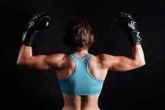 Γυναίκα μαχητών στα εγκιβωτίζοντας γάντια Στοκ φωτογραφία με δικαίωμα ελεύθερης χρήσης