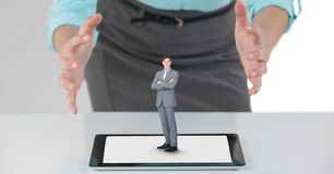 Γυναίκα μεγάλης επιχείρησης με τα ανοικτά χέρια και άνδρας μικρών επιχειρήσεων σε μια ταμπλέτα Στοκ Εικόνα