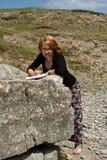 γυναίκα μελετών βράχου Στοκ Εικόνα