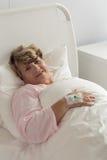 Γυναίκα μετά από τη χειρουργική επέμβαση Στοκ Εικόνες