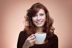 Γυναίκα με έναν αρωματικό καφέ Στοκ φωτογραφία με δικαίωμα ελεύθερης χρήσης