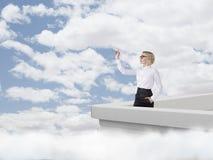 Γυναίκα με ένα αεροπλάνο εγγράφου Στοκ Φωτογραφία