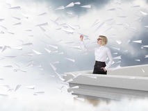 Γυναίκα με ένα αεροπλάνο εγγράφου Στοκ εικόνες με δικαίωμα ελεύθερης χρήσης