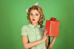 Γυναίκα με ένα δώρο Προκλητικό ξανθό κορίτσι με το αναδρομικό παρόν κιβώτιο λαβής makeup Στοκ Εικόνες