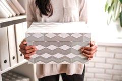 Γυναίκα με ένα κουτί από χαρτόνι διαθέσιμο στοκ φωτογραφίες